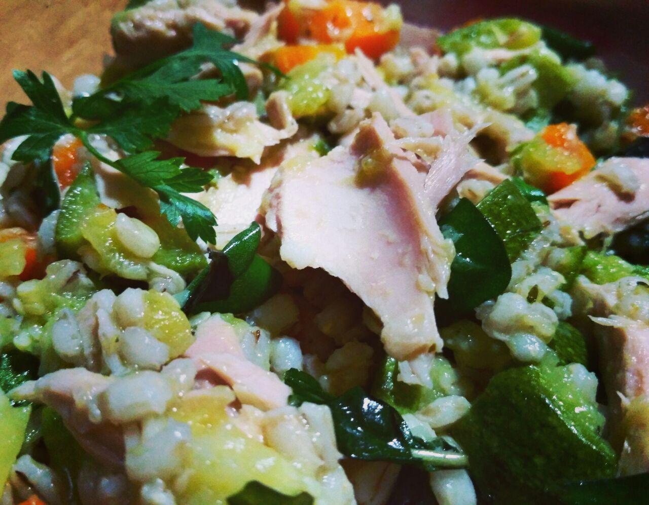 Orzo perlato, carote, zucchine e filetti di tonno al naturale