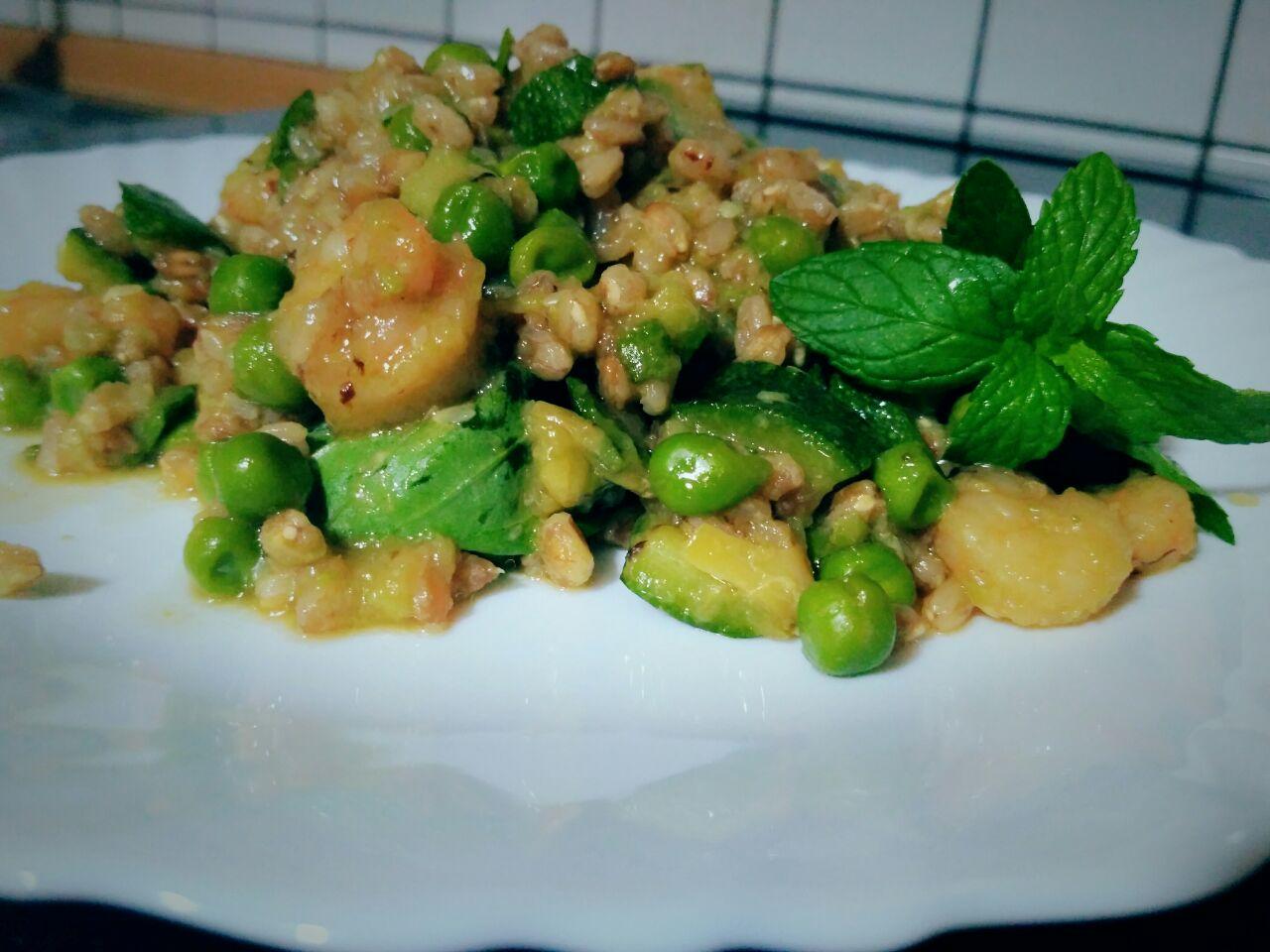 Farro perlato con zucchine, piselli verdi e gamberetti