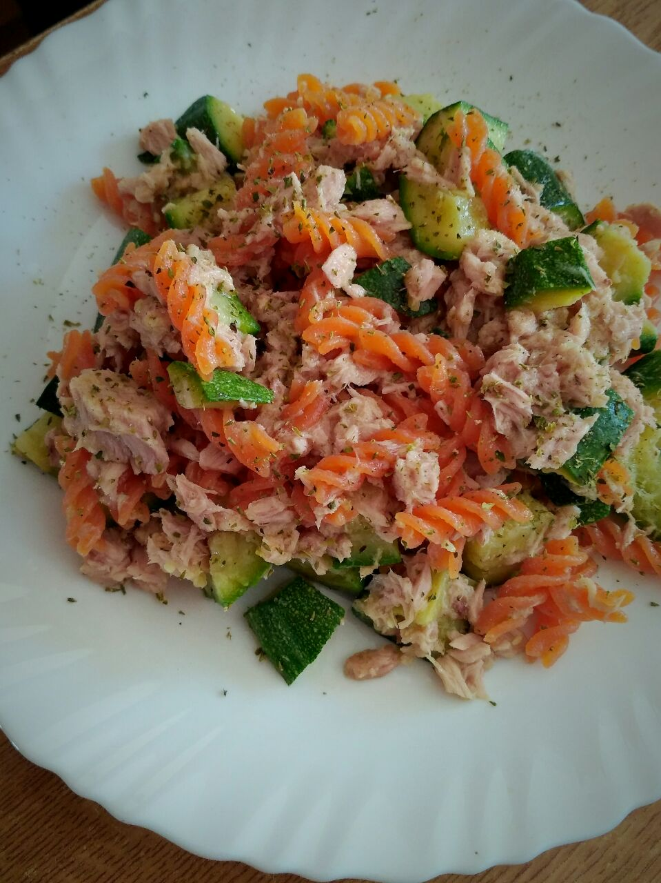 Pasta di lenticchie rosse con tonno e zucchine