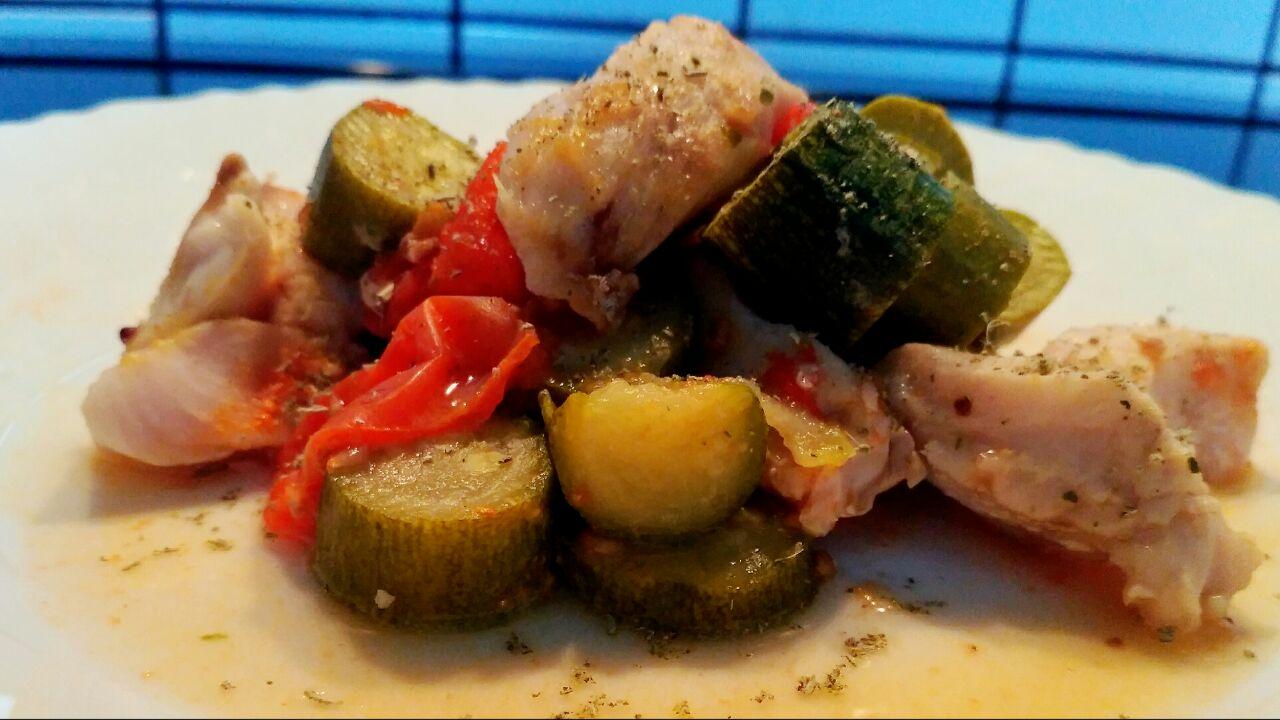 Tocchetti di merluzzo con zucchine e pomodorini