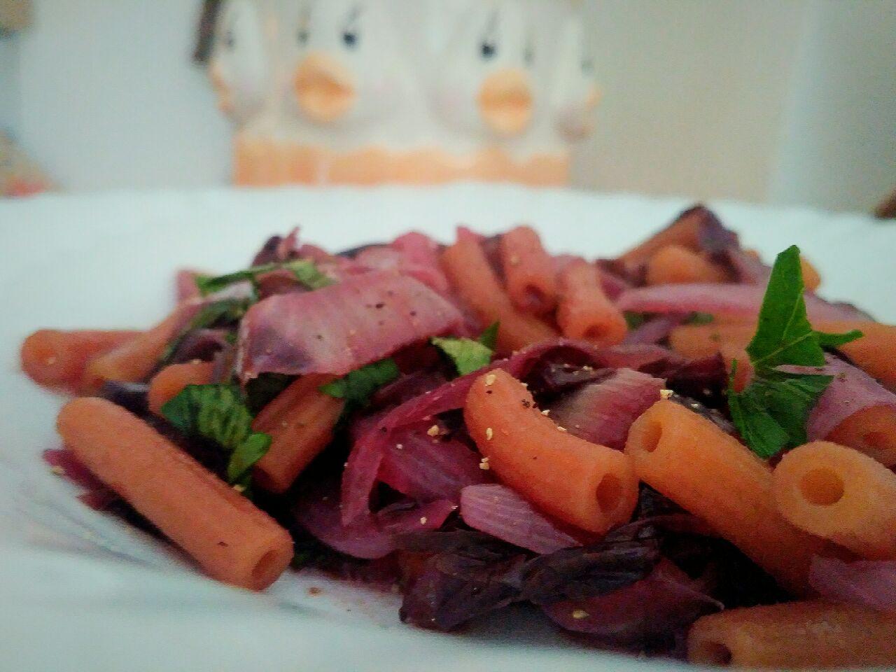 Sedanini di lenticchie rosse con cipolla e radicchio