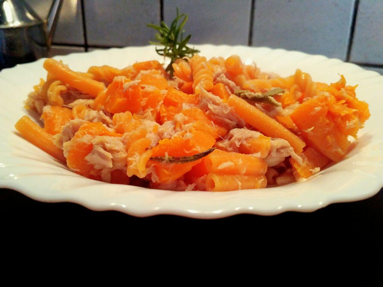 Pasta di lenticchie rosse con zucca gialla e tonno