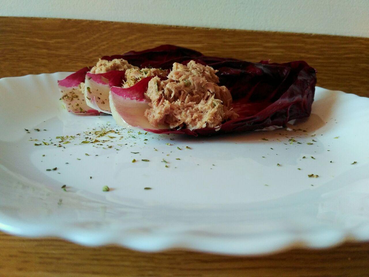 Antipasti leggeri: barchette di radicchio al tonno senza formaggio