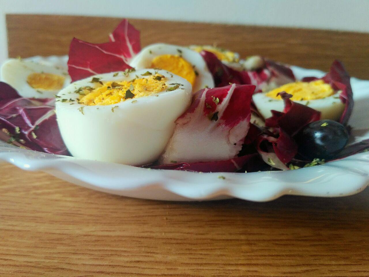 Insalata autunnale: nutriente e leggera, a base di uova e radicchio!