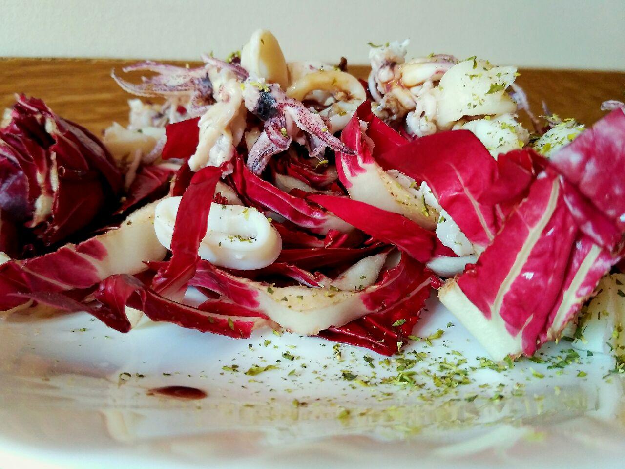 Secondi piatti a base di pesce: insalatina tiepida di calamari e radicchio!