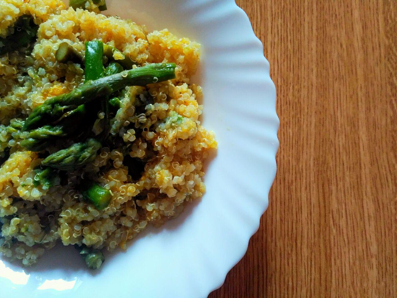 Ricette senza glutine: quinoa integrale con asparagi, curcuma e zenzero!