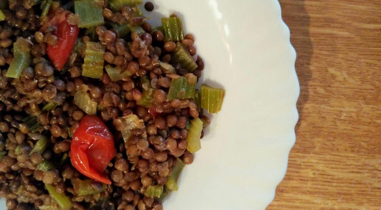 Mangiamo i legumi: lenticchie con sedano e pomodorini, buone anche fredde!