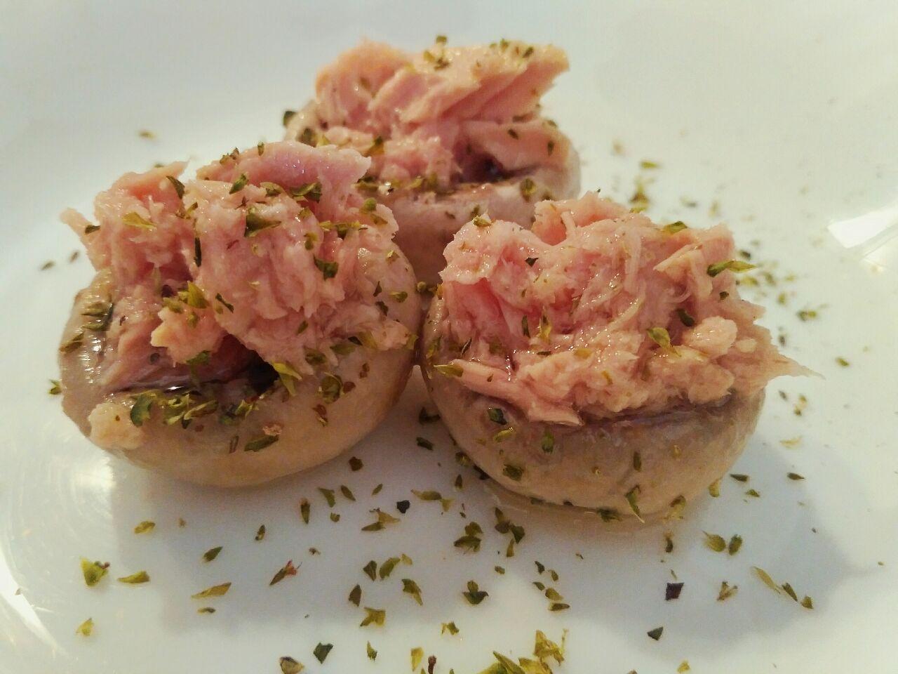 Antipasti light: funghi champignon ripieni al tonno, senza formaggio!
