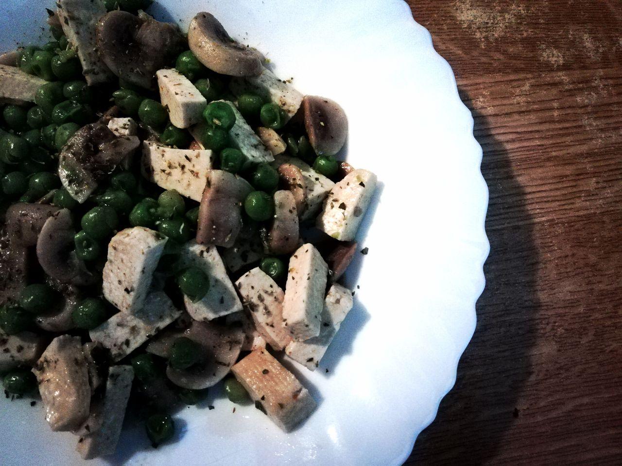 Tofu, funghi e piselli