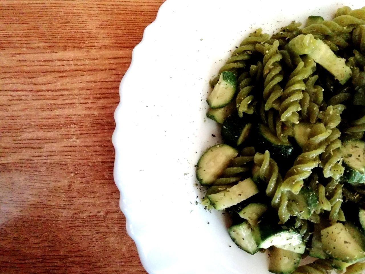Primi piatti leggeri: pasta di piselli verdi con zucchine, senza formaggio e senza burro!