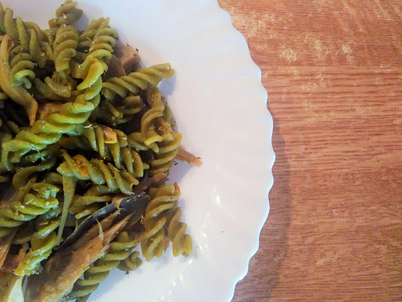 Primi leggeri: pasta di piselli verdi con carciofi, senza formaggio e senza uova!