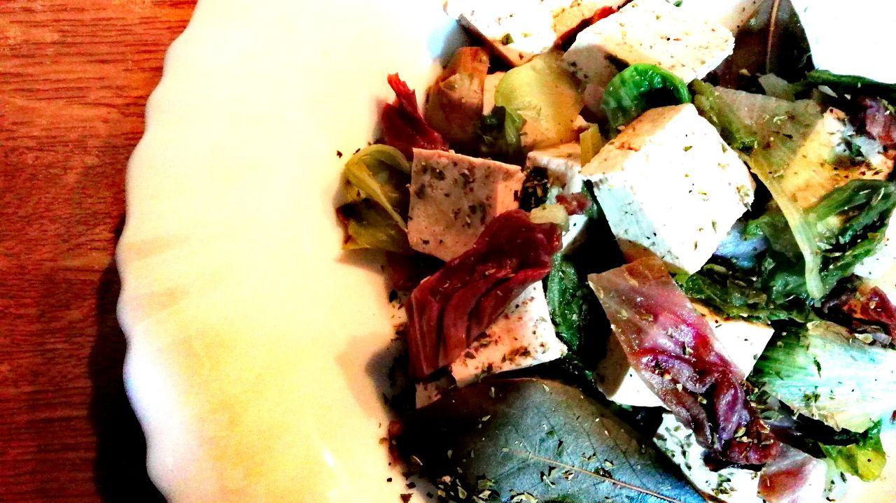 Ricette di stagione: tofu con scarola e radicchio, leggero e saziante!