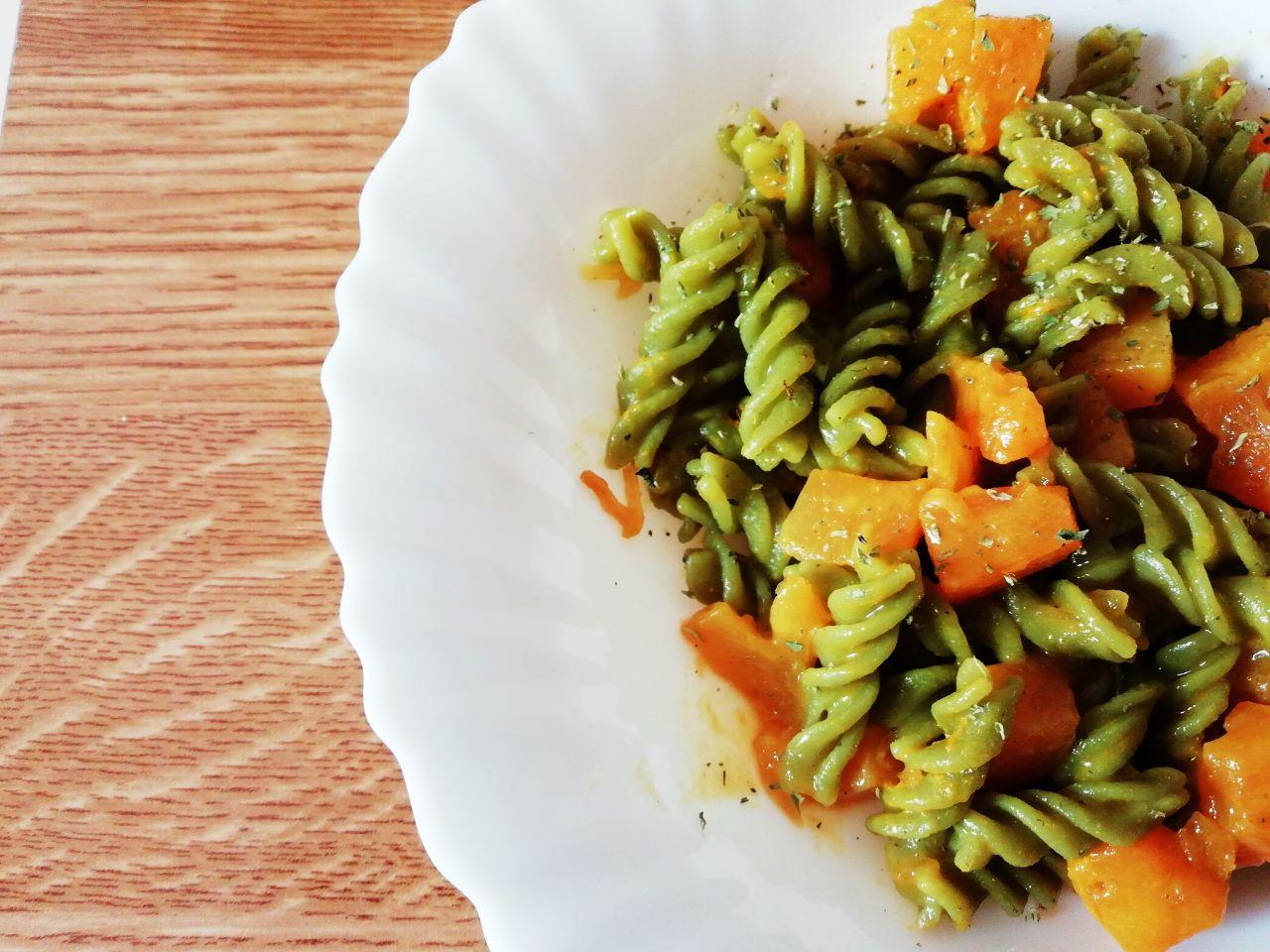 Primi leggeri: pasta di piselli verdi con zucca, senza formaggio e senza uova!
