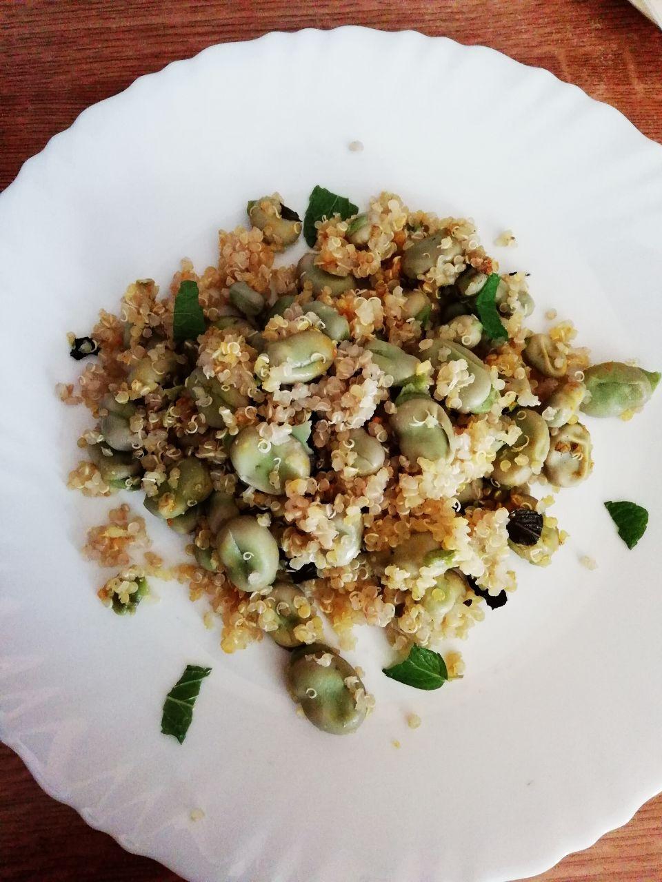 Ricette primaverili: quinoa integrale con fave fresche!