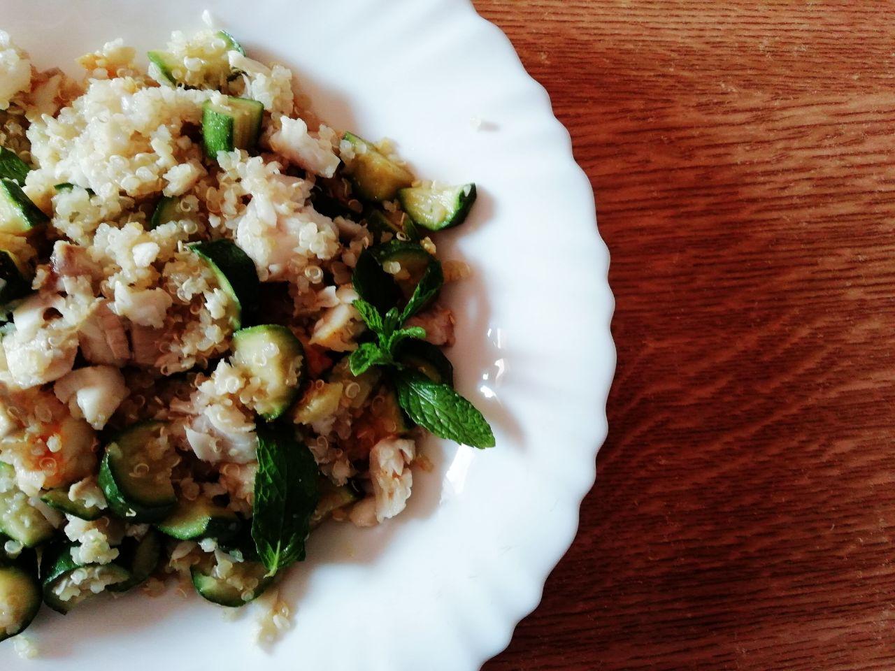Primi piatti leggeri: quinoa integrale con merluzzo e zucchine!