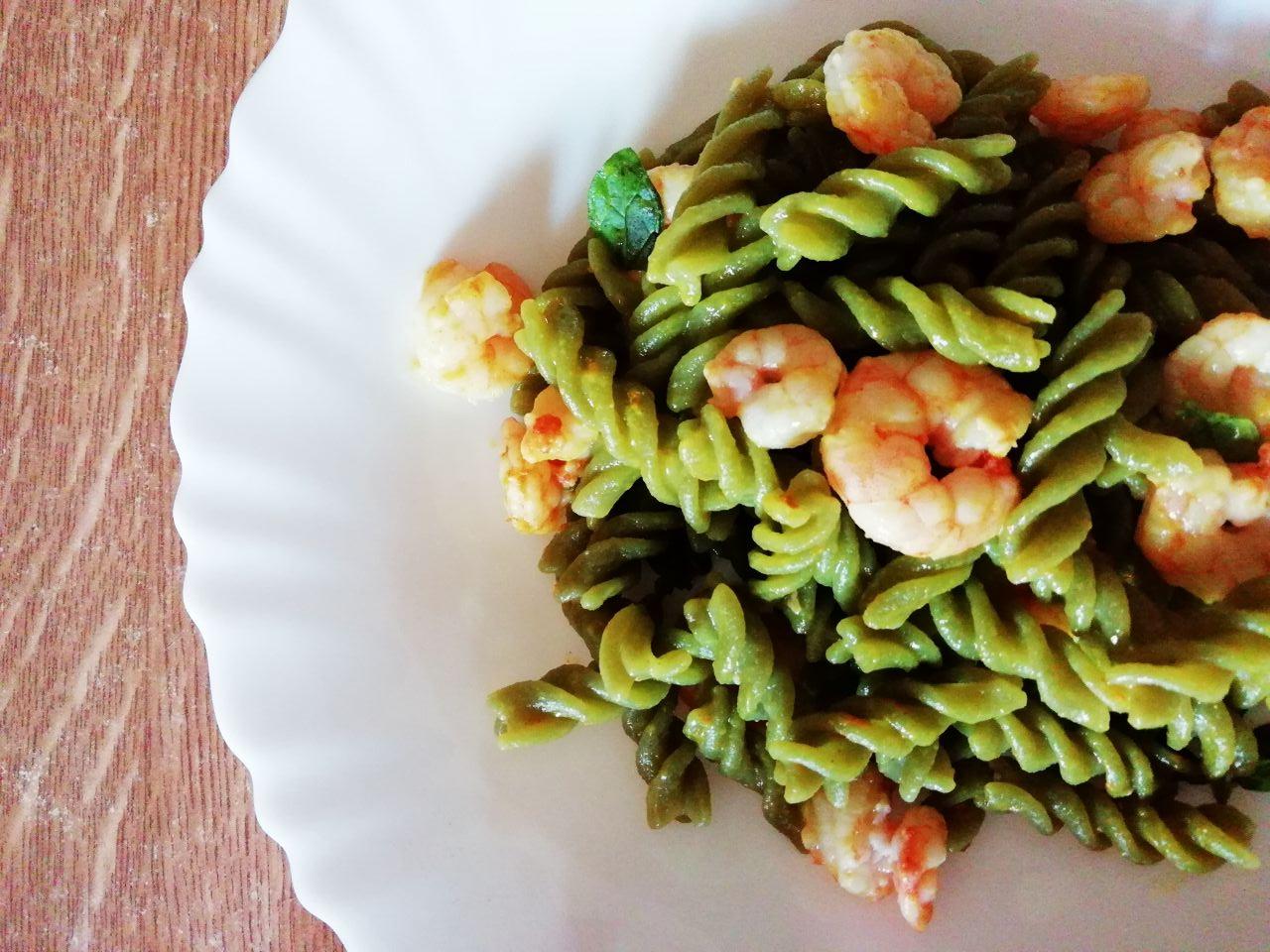 Primi piatti leggeri: pasta di piselli verdi bio con gamberetti!