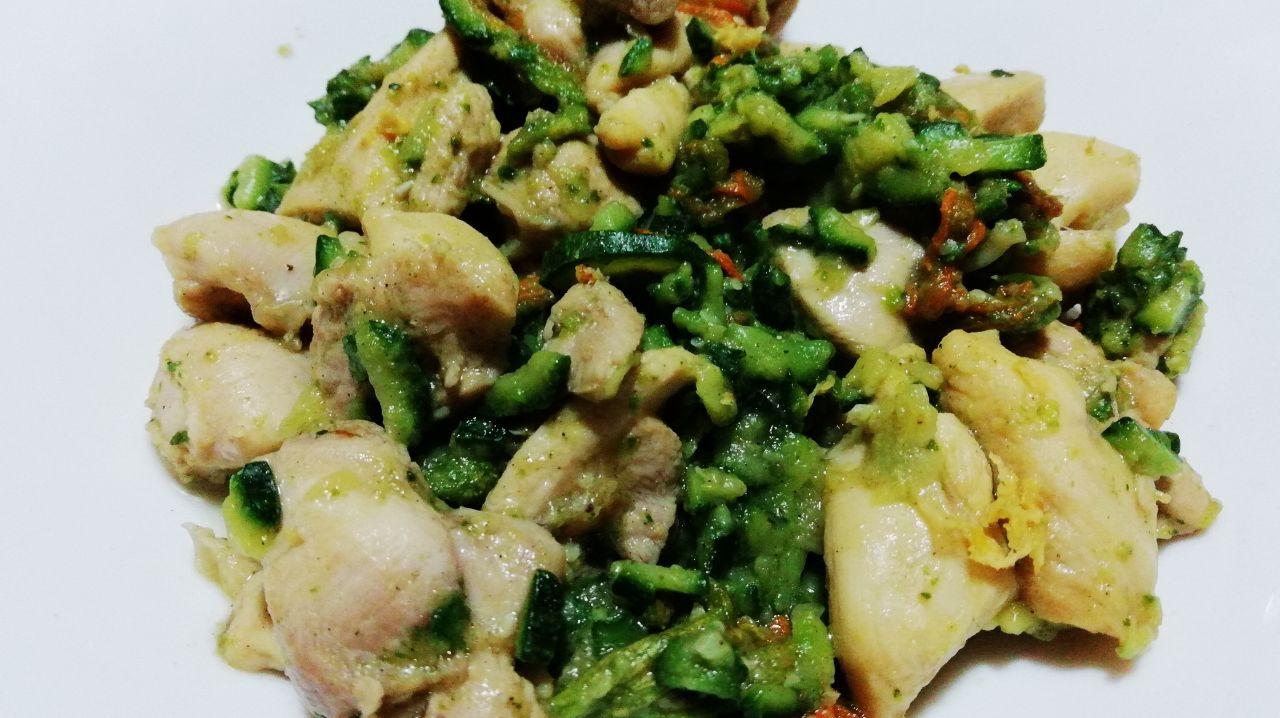 Secondi piatti a base di carne: bocconcini di pollo ruspante con zucchina e fiori!