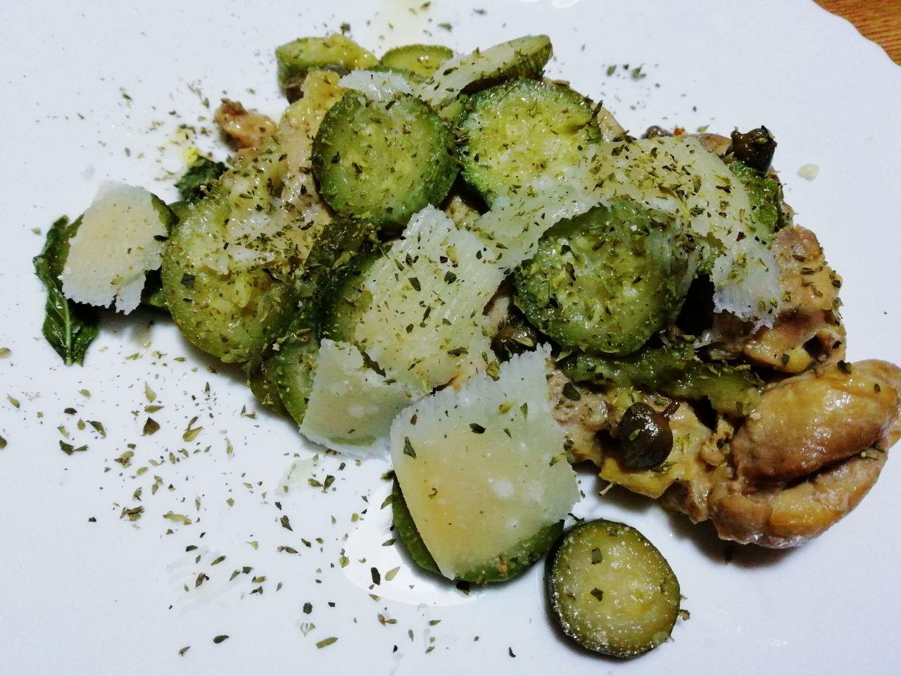 Secondi piatti a base di carne: pollo ruspante con zucchine, grana e capperi!