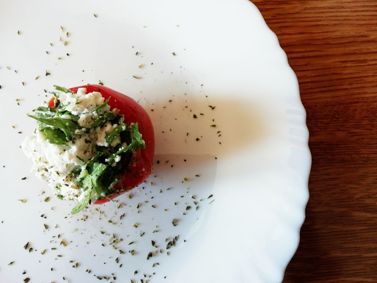 Antipasti facili: pomodori ripieni di ricotta di capra e rucola!
