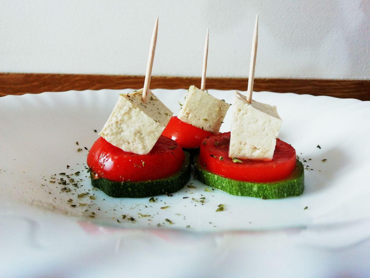 Antipasti estivi: stuzzichini di tofu, zucchine e pomodoro!