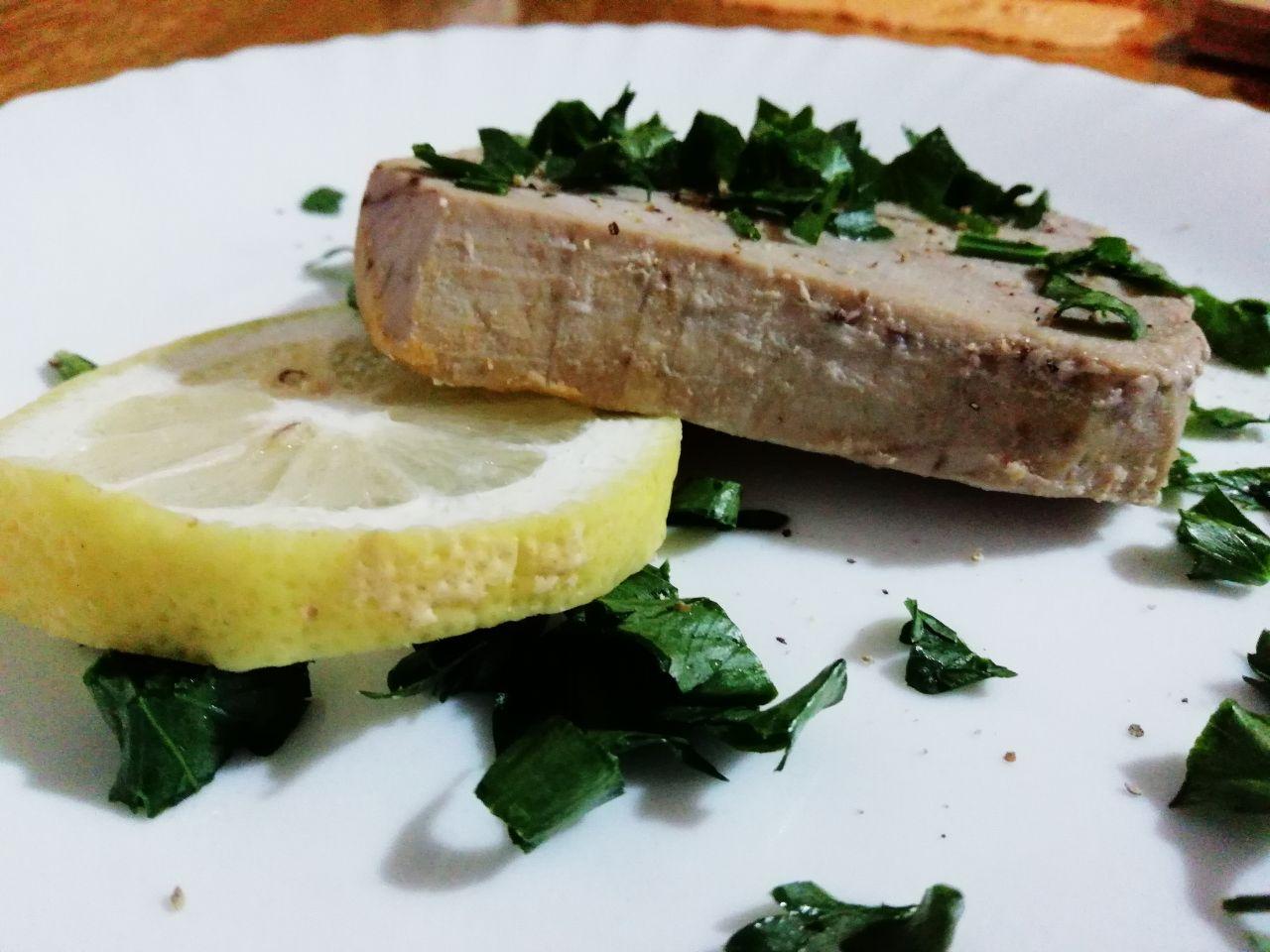 Secondi piatti a base di pesce: filetto di tonno al limone e prezzemolo!