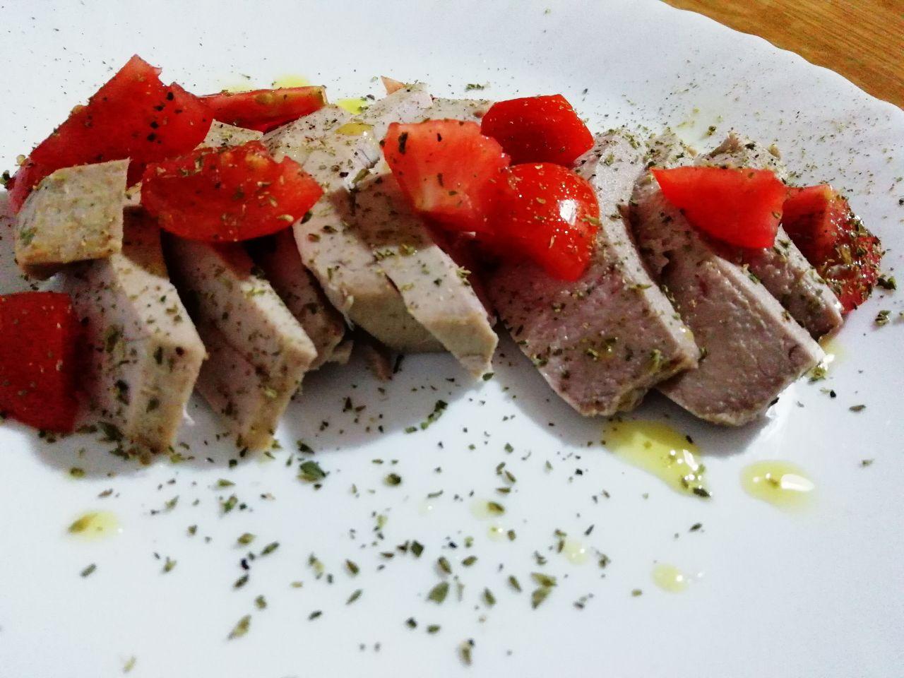 Secondi piatti a base di pesce: tagliata di tonno fresco con pomodorini!