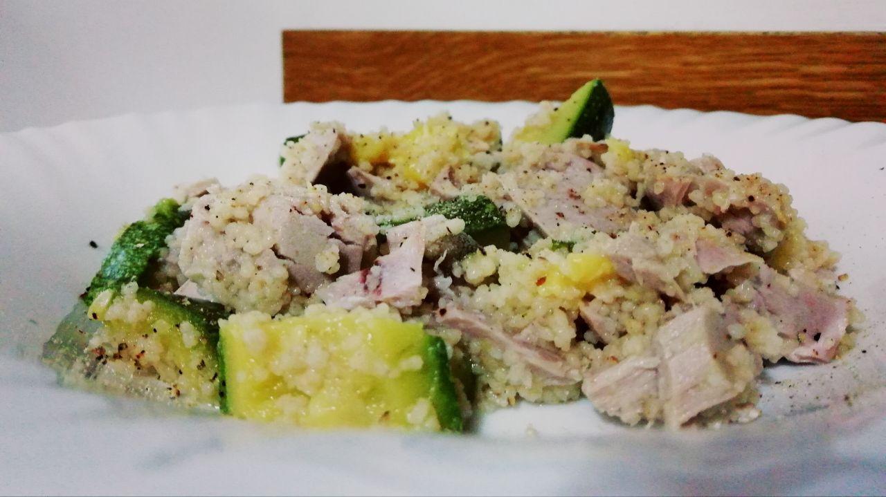 Primi piatti a base di pesce: cous cous con zucchine e tonno fresco!