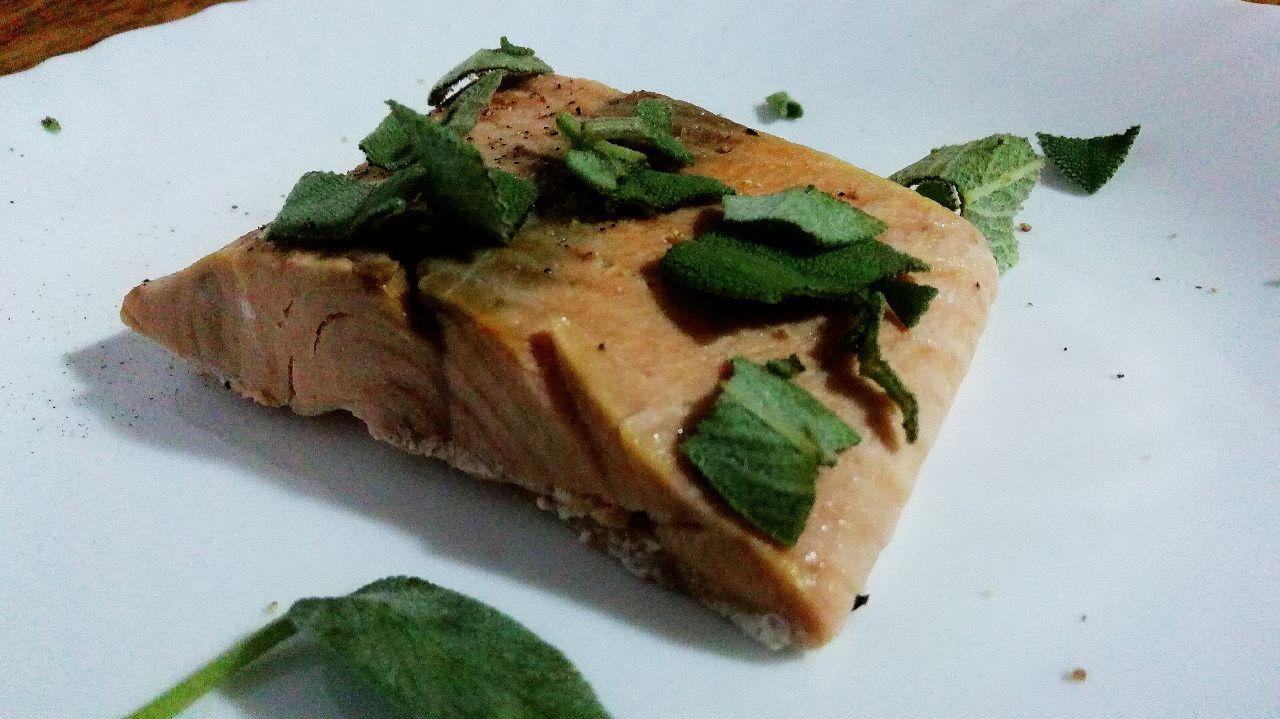 Secondi piatti a base di pesce: filetto di salmone al vino bianco e salvia!