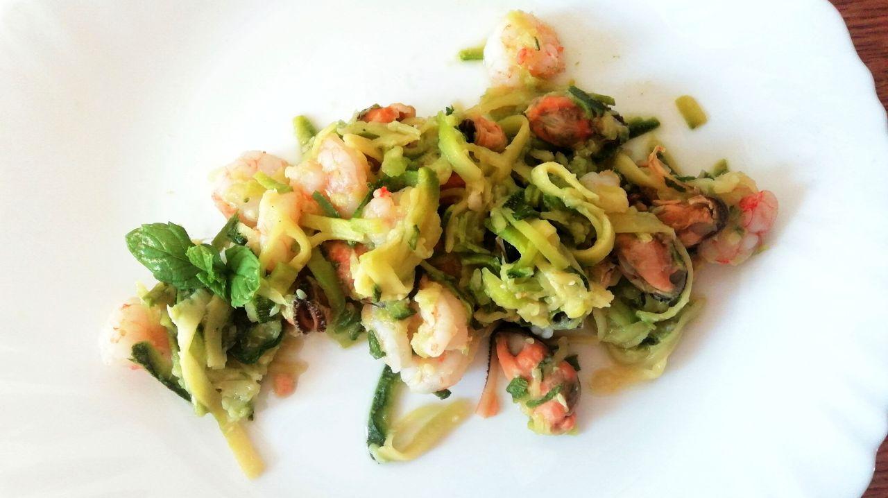 Ricette estive senza glutine: spaghetti di zucchine con cozze e gamberetti!