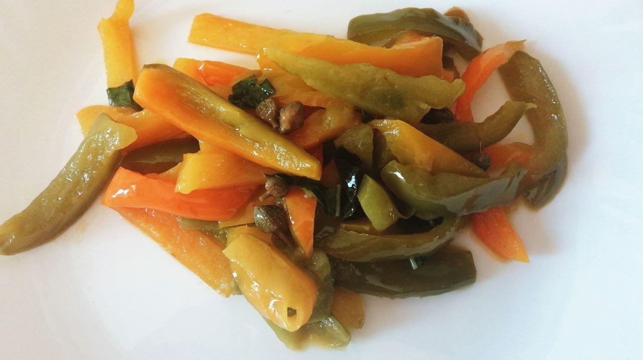 Contorni estivi: peperoni in agrodolce con capperi e basilico!