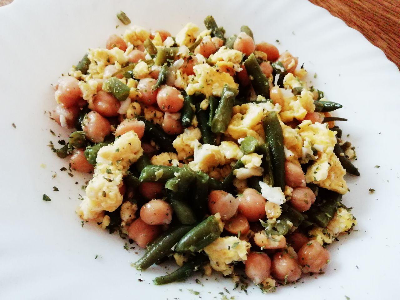 Ricette estive leggere: insalata di ceci, uova e fagiolini