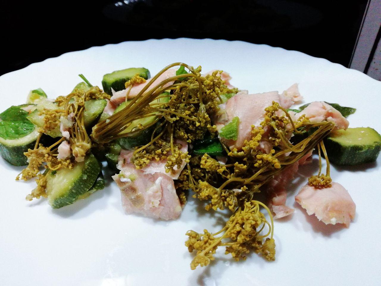 Ricette a base di pesce light: insalata di salmone e zucchine!