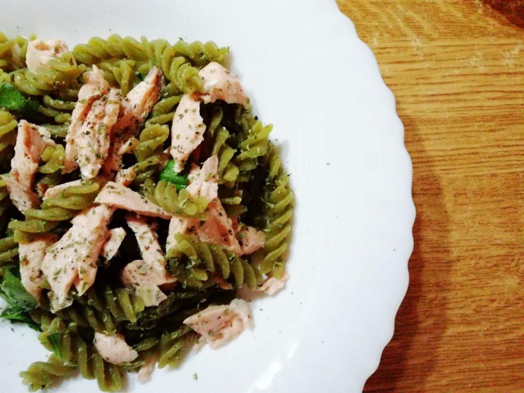 Primi piatti leggeri: pasta di piselli verdi al salmone!