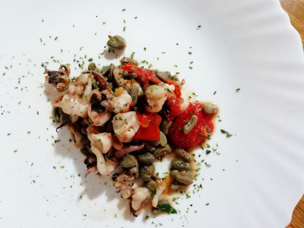 Secondi piatti a base di pesce: riccioli di seppie con fagioli verdi e pomodorini!