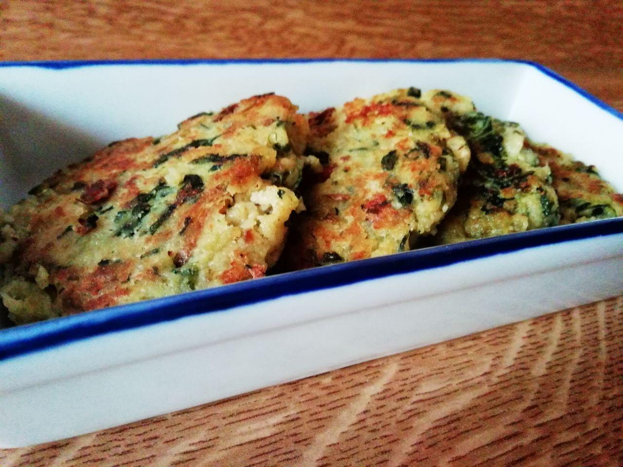 Antipasti vegetariani: frittelle di patate e cicorie in padella, senza latte e senza formaggio!
