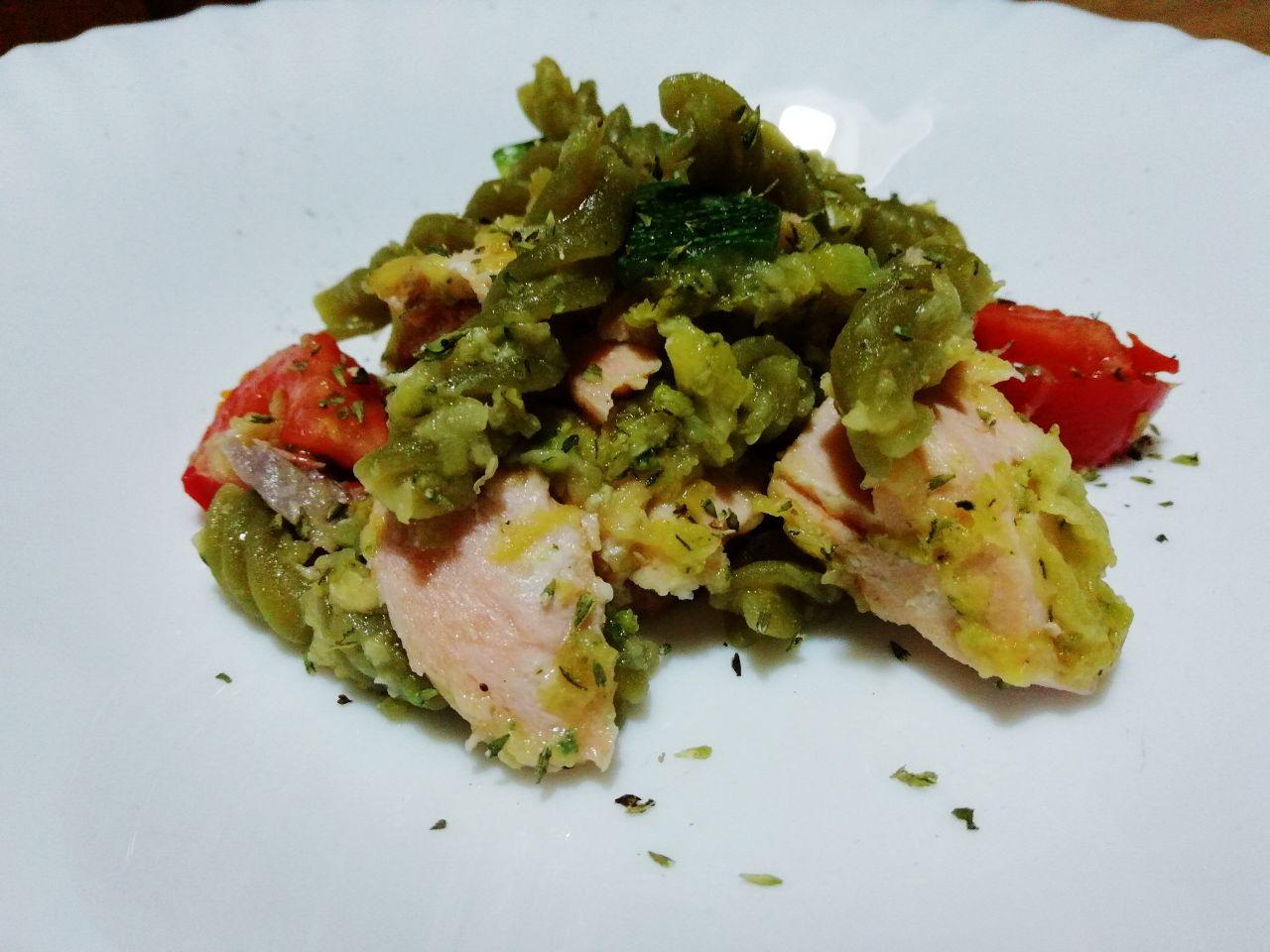 Primi piatti estivi: pasta di legumi con salmone, zucchine e pomodori!\Primi piatti estivi: pasta di legumi con salmone, zucchine e pomodori!