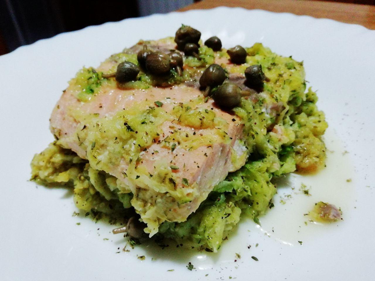 Secondi piatti a base di pesce: trancio di salmone con zucchine e capperi!