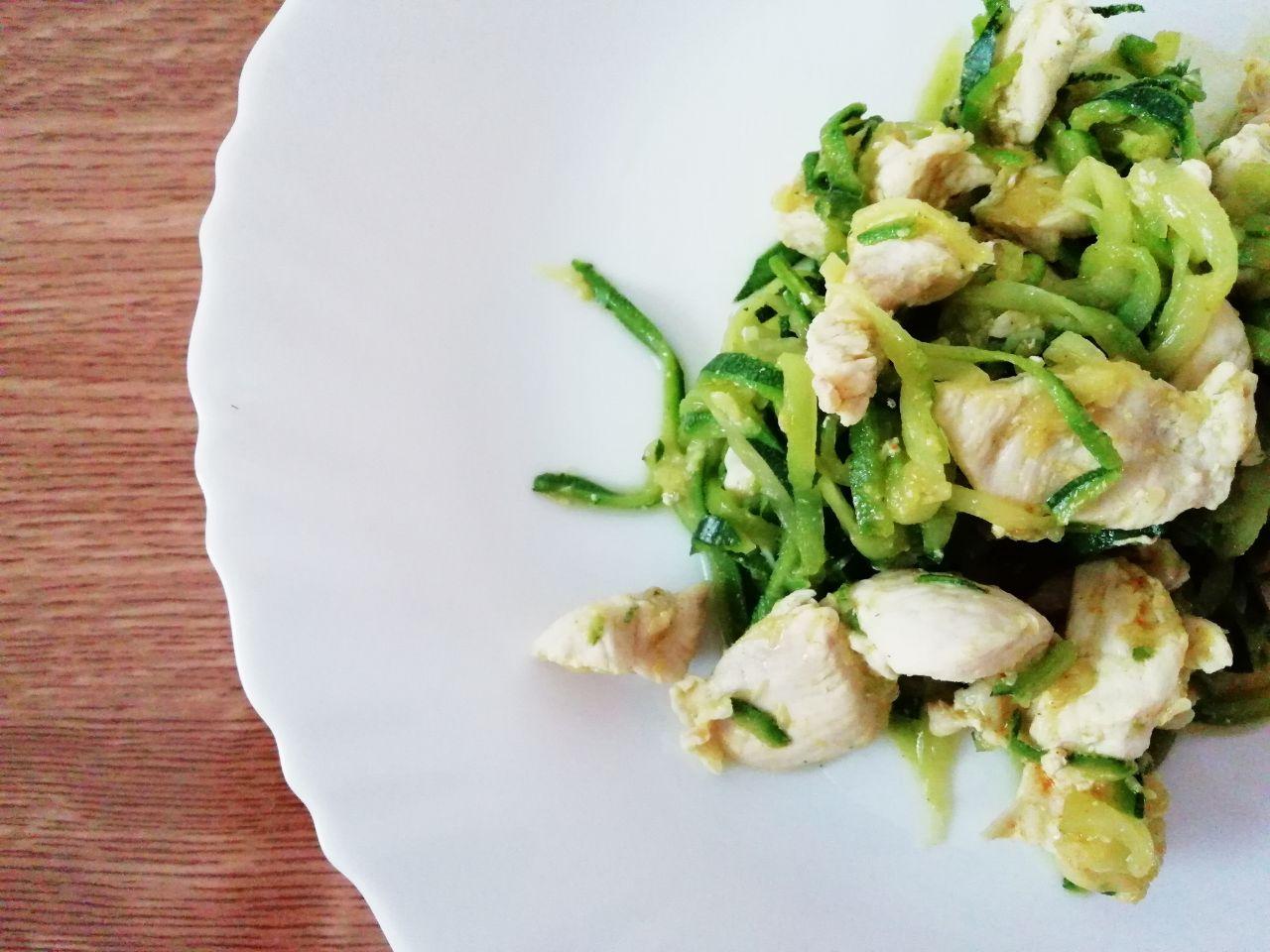 Piatti leggeri: noodle di zucchine con pollo al limone!