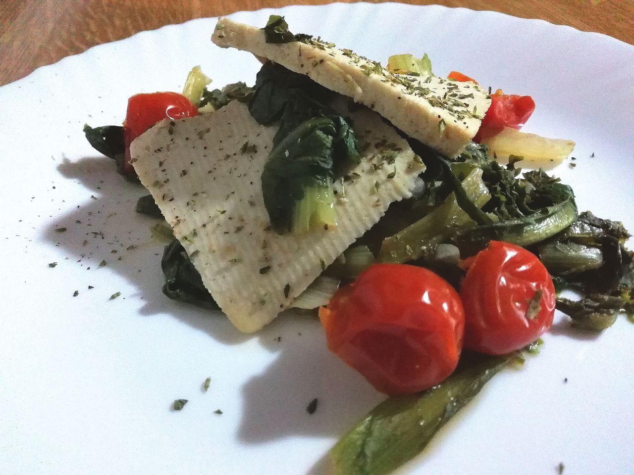 Ricette facili e leggere: indivia riccia, tofu e pomodorini!