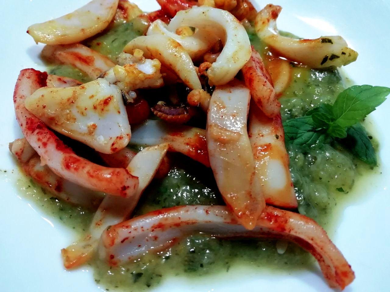 Secondi piatti a base di pesce: seppioline alla curcuma su crema di zucchine e menta!