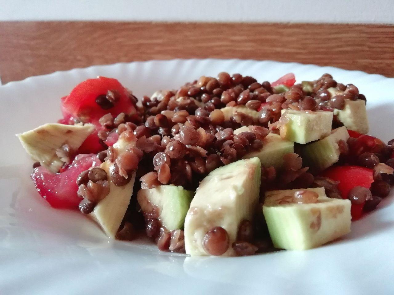 Ricette vegetariane a base di legumi: lenticchie con avocado e pomodori!