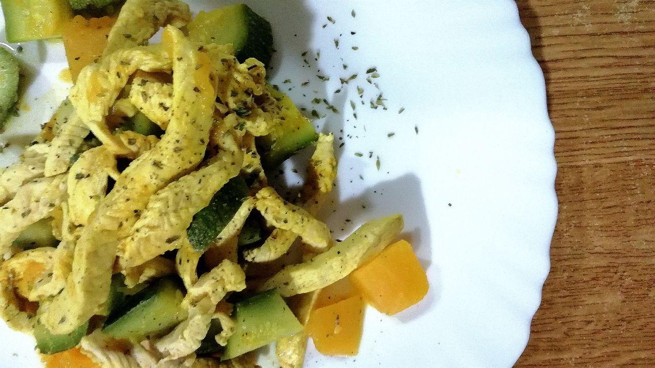 Secondi piatti a base di carne: straccetti di pollo con zucchine e zucca!