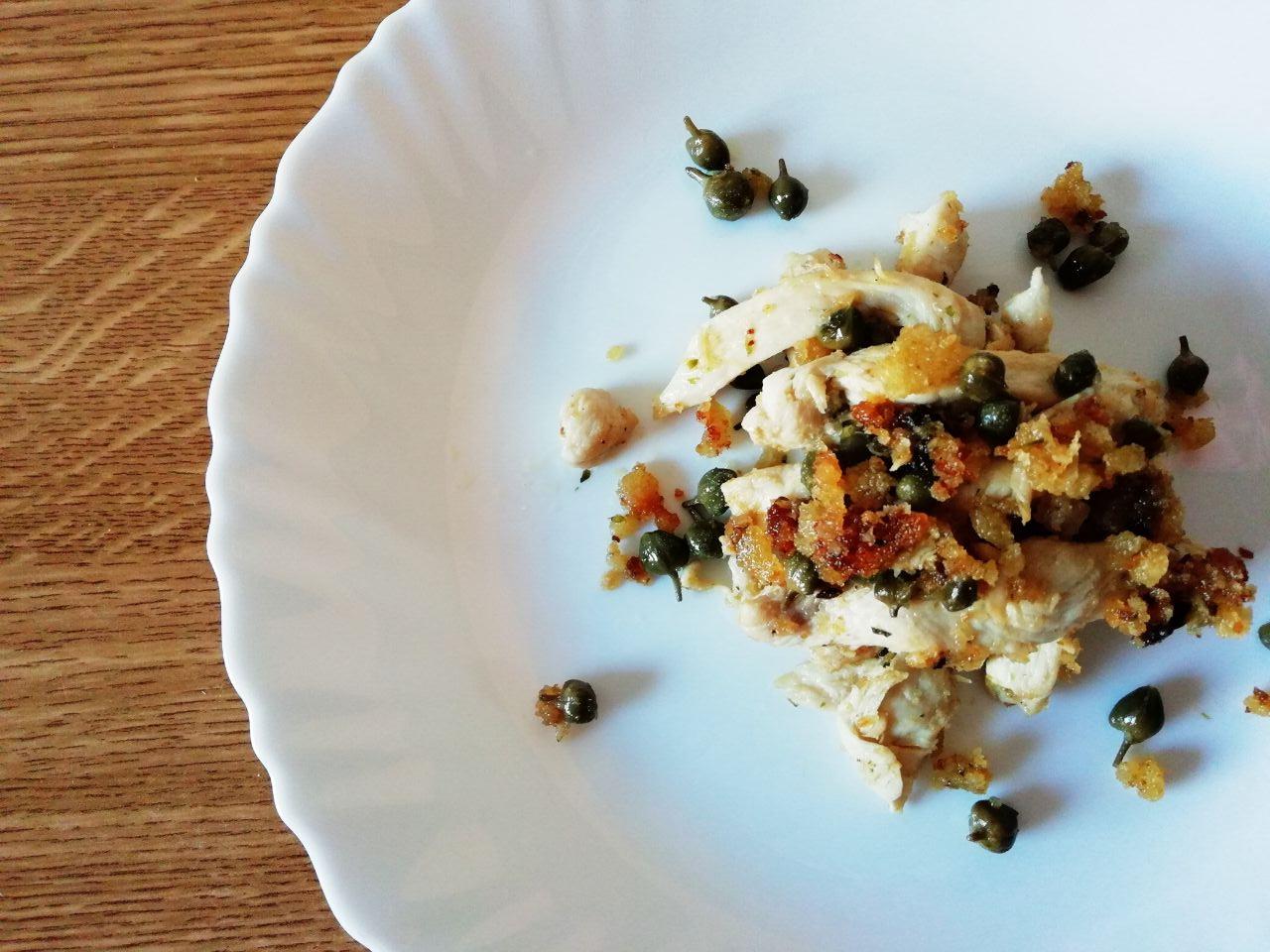Secondi piatti a base di carne: straccetti di pollo con crumble croccante e capperi!