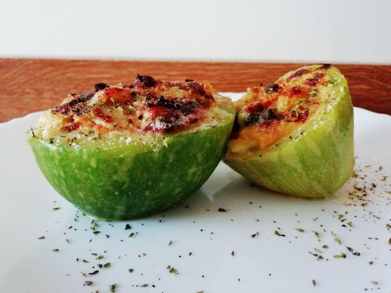 Ricette facili e veloci: zucchine ripiene con formaggio grattugiato e capperi!