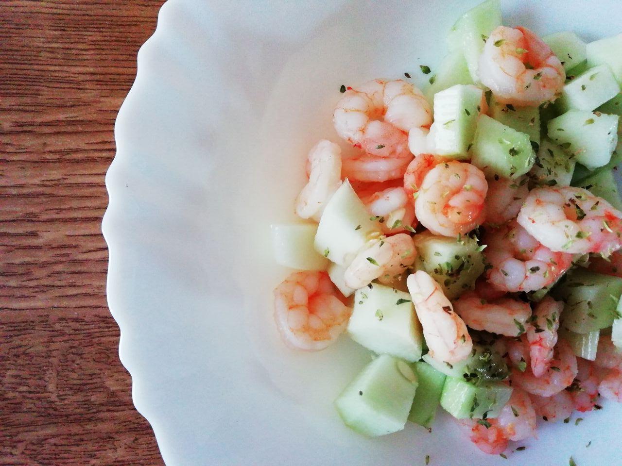Piatti leggeri a base di pesce: insalata di cetrioli e gamberetti al vino bianco!