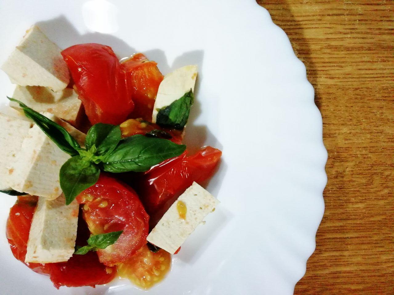 Ricette vegetariane semplici: tofu al pomodoro e basilico!