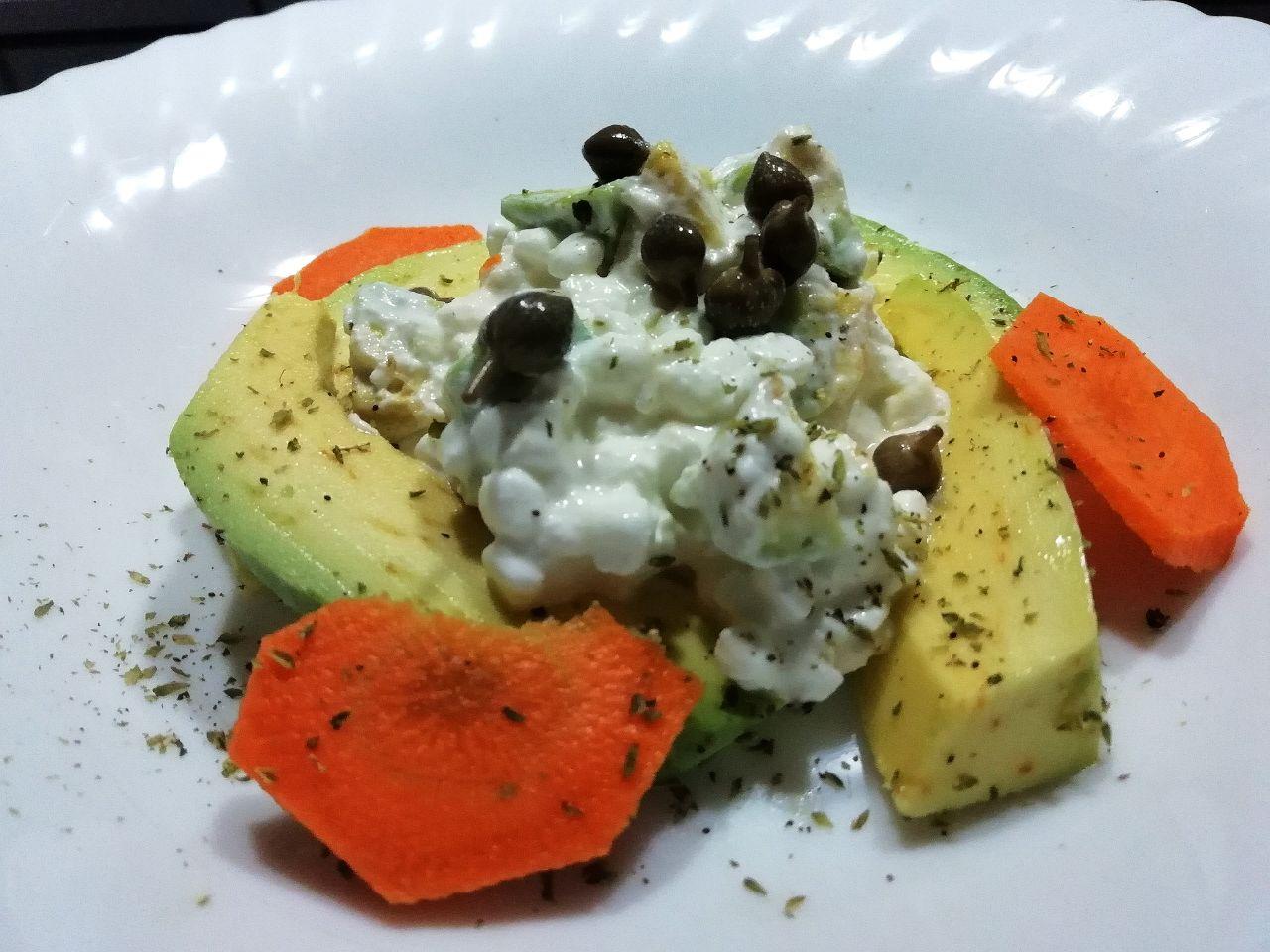 Insalate leggere e semplici: di avocado, carote e fiocchi di latte!