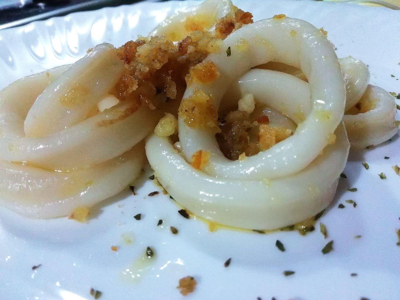 Secondi piatti a base di pesce: anelli di totano con pane croccante, semplici ed economici!