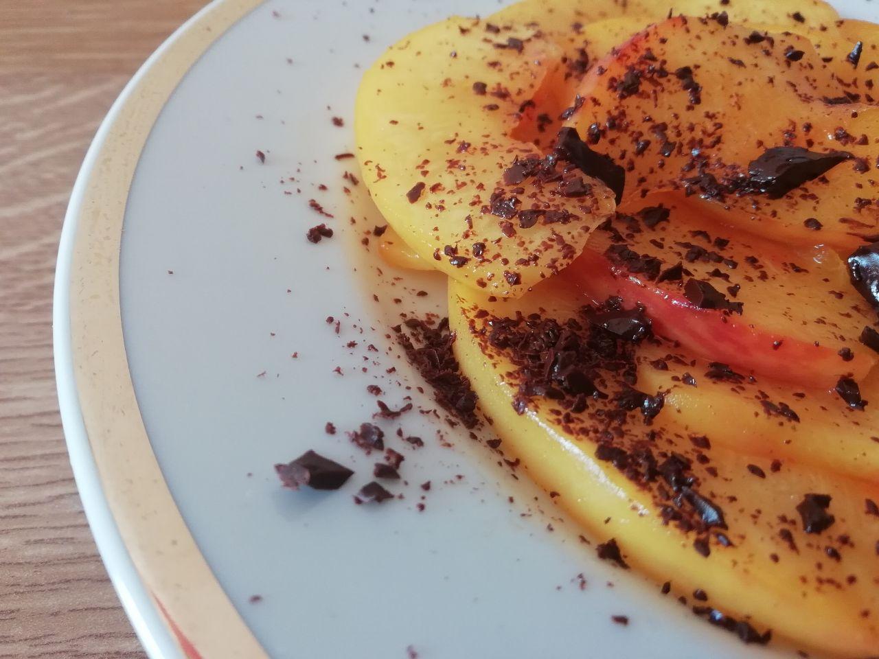 Dolci a base di sola frutta: pesche caramellate all'arancia con cioccolato fondente!