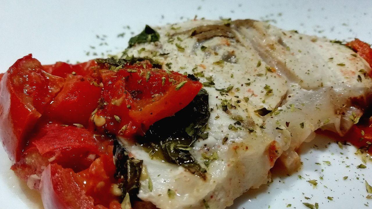 Secondi piatti a base di pesce: pesce spada con pomodorini e basilico!